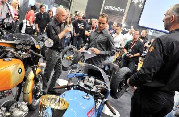 Pressekonferenz Continental mit  Uwe Reichelt (Sales- und Marketing Manager) und Alex Hofmann (Rennfahrer).